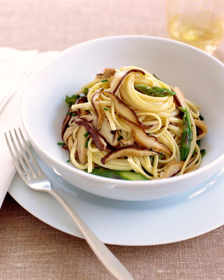 Dit recept is supersnel en superlekker: linguine met shiitake & groene asperges!
