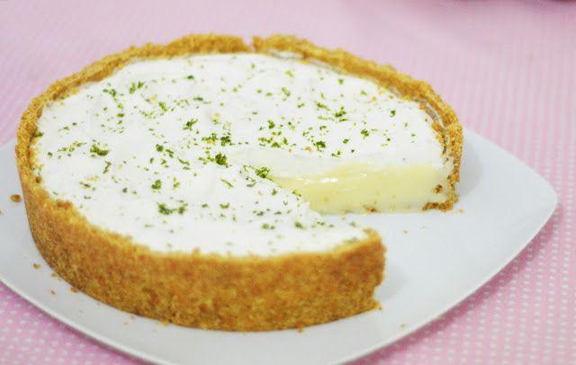 Torta de limão é uma das sobremesas favoritas por aqui. Já fizemos outra versão com suspiro, que é aquela que fica com a cobertura croc...