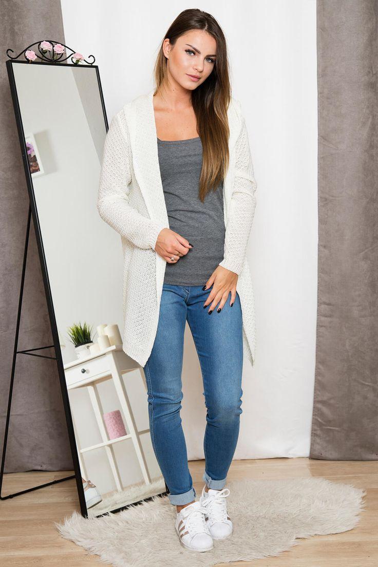 Cardigan de dama tricotat cu lungime medie maneci lungi si gluga.Se poate purta ca atare sau I se poate atasa un cordon sau o curea.