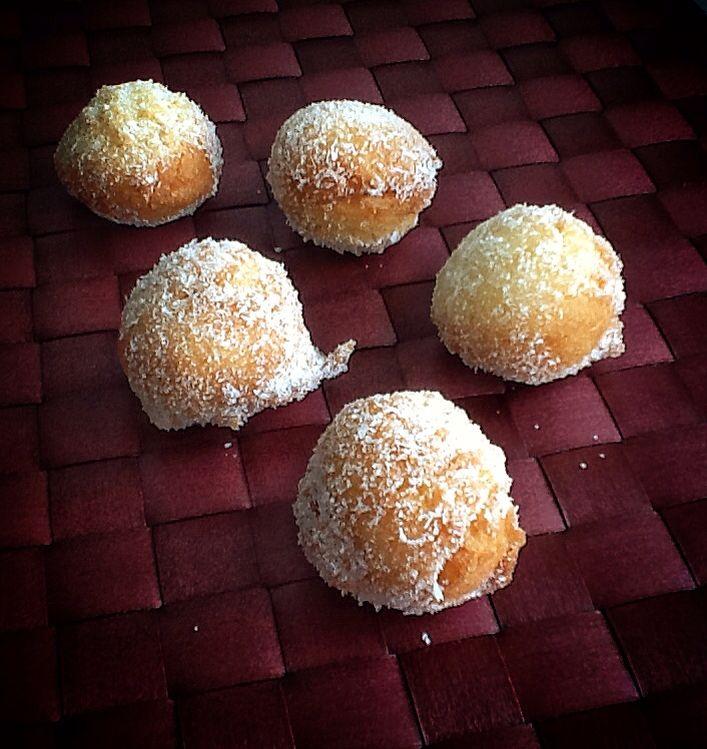 Buñuelos de Coco  http://dulcesfrivolidades.blogspot.com.es/2015/04/bunuelos-de-coco.html