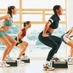 A maioria das pessoas busca a prática de atividades físicas para perder peso e se manter em forma. Quando pensamos em exercícios para emagrecer logo nos vem à mente as práticas aeróbicas, mas os exercícios com peso também podem ser muito benéficos para alcançar esse objetivo. Hoje te apresentamos alguns dos exercícios com pesos que você pode praticar para perder peso e se manter em forma.