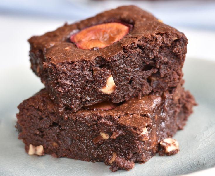 Brownie fistaszkowe ze śliwkami / Brownie with peanuts and plums