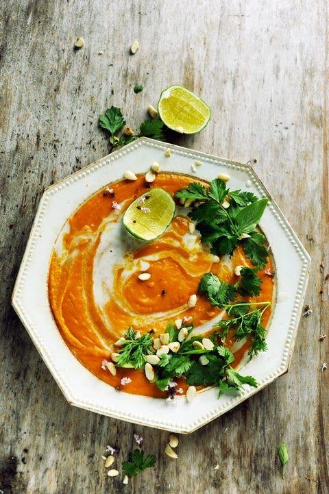 Une soupe à vous allumer le feu… Velouté de butternut et de patate douce aux parfums d'Asie 600g de chair de butternut – 200g de chair de patate douce – 1 oignon - 2càs d'huile d'olive – 50cl de bouillon de volaille ou de légumes – 1 boîte de 40cl de lait de coco – 1càs de gingembre frais râpé fin - 2càs de pâte de curry rouge ou orange – 1càs de nuoc nam – 2 ou 3 càs de cacahuètes légèrement grillées – 1 petit bouquet de coriandre et un autre de basilic thaï – des citrons verts pour servir