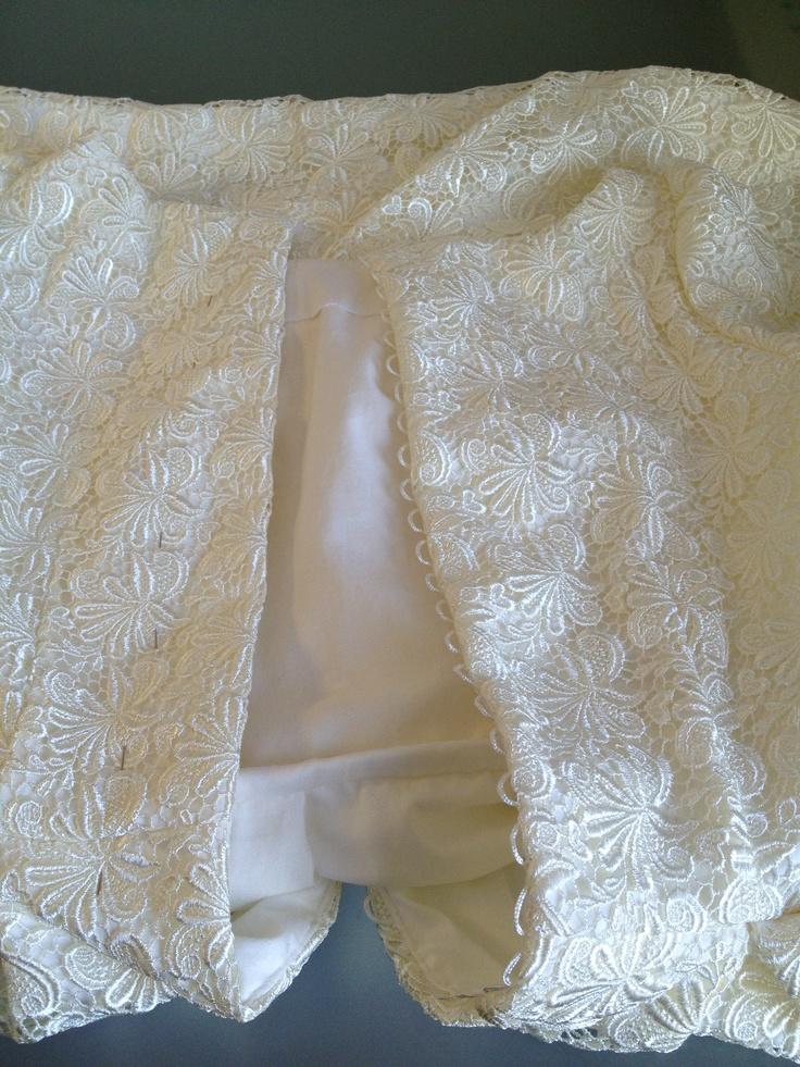 Bröllopsklänning med 30 klädda knappar i ryggen.