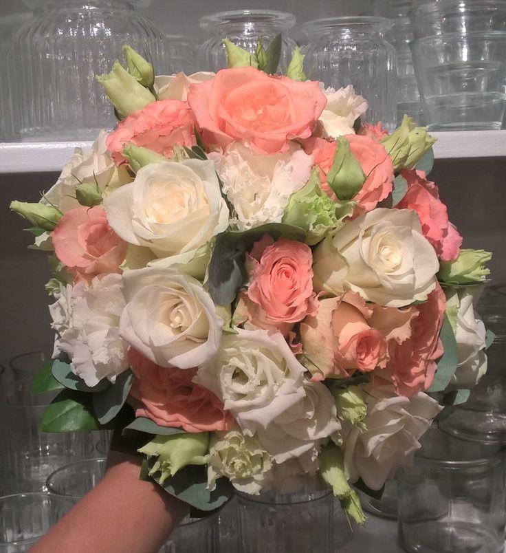 """37 likerklikk, 1 kommentarer – Botanica Blomster (@botanicablomster) på Instagram: """"Enda en brudebukett fra helgen. Her er det brukt hvite og fersken roser sammen med hvite Lisianthus…"""""""
