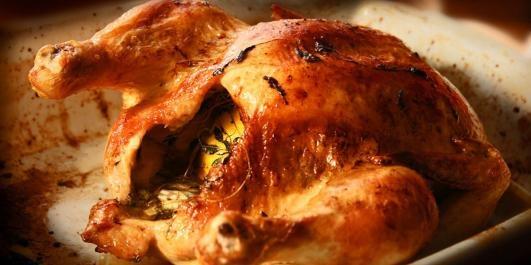 OPPSKRIFT PÅ HELSTEKT KYLLING: Slik lager du kylling i ovnen. Denne oppskriften er super.