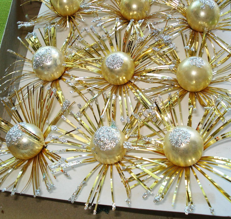 OH YEAH, THESE ARE ON THEIR WAY TO MY HOME AS WE SPEAK.  Christmas Tree ORNAMENTS - Retro Starburst Daisies - Glittery GOLD - Midcentury. $12.00, via Etsy.