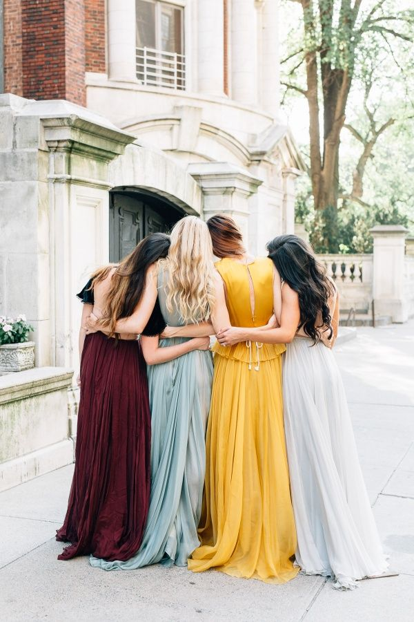 Must-take prom photos with your besties and your date! | Photo via Barefoot Blonde