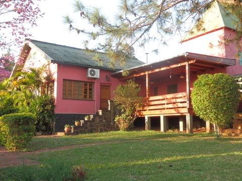 Hay intercambios de casa disponibles por todo el mundo, incluso a 90km de las Cataratas de Iguazú, #argentina, como esta casa familiar. Dispone de jardín, piscina, sala de juegos para los más pequeños, bicicletas y unas preciosa terraza para comer fuera. #vacaciones #viajar http://intercambiocasas.com