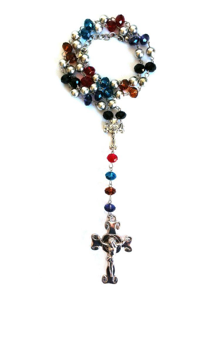 Rozenkrans ketting met multicolour kralen, groot en klein metaalkleurig kruis, met slotje en verlengketting. Totale lengte 50 cm. Zie afbeelding.