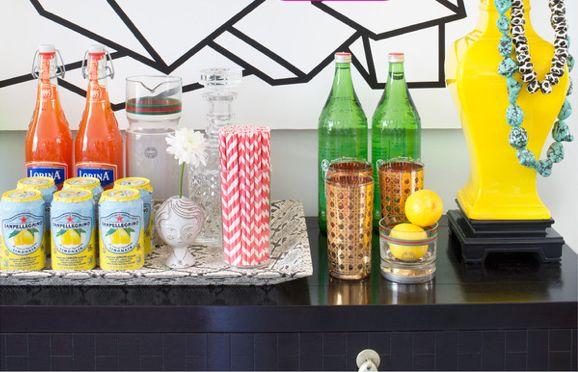 Bar tema! Samla snygga flaskor och glas på en bricka tillsammans med roliga detaljer.