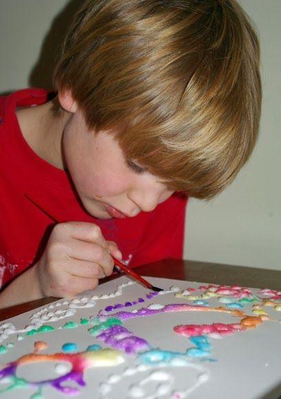 Попробуйте предложить ребенку нарисовать картину с помощью соли и клея. Она будут удивлены, такому не простому и увлекательному способу рисования.    Вам понадобится: Акварель Поваренная соль Клей ПВА Плотная бумага  Как это сделать:  1. Предложите ребенку нарисовать клеем на бумаге любые узоры, которые они захотят.    2. Далее картину нужно засыпать солью.  3. Лишнюю соль с картины надо убрать  и потом еще раз засыпать, чтобы не было пробелов в картине.   4. Макните кисточку в акварель и…