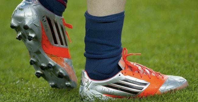 Thiago Messi aparece en los zapatos de Lionel Messi