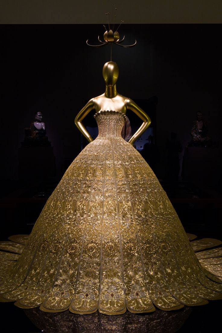 """China: Through the Looking Glass"" gallery view with Guo Pei's (Chinese, born 1967). Evening Gown, spring/summer 2007, Haute Couture. #ChinaLookingGlass #AsianArt100 jαɢlαdy"