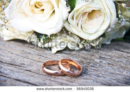 stock-photo-gold-wedding-rings-on-a-bouquet-of-white-roses-56945038.jpg (450×320)