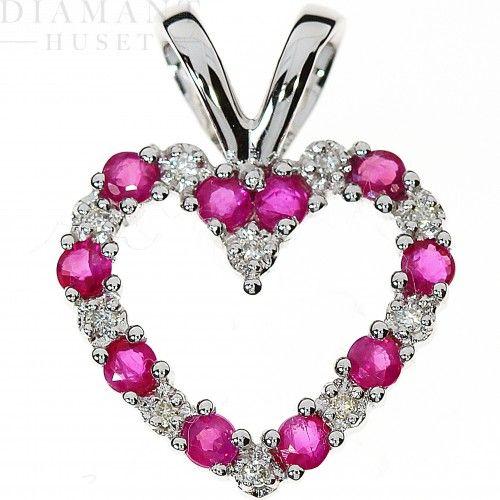 Hjerte smykke med rubin og diamanter! Vakkert hals smykke formet som et hjerte med vakre røde rubiner i 14KT (585) hvitt gull med diamanter på til sammen 0,05CT TWSI. Rubinen er virkelig dronningen av alle fargestener og er etter diamanten, mest verdifull