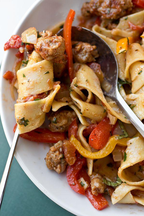 Frech betrunkene italienische Nudeln mit scharfer italienischer Wurst, Tomaten und karamellisierten Zwiebeln und rotem und gelbem grünem Pfeffer, mit frischem Basilikum