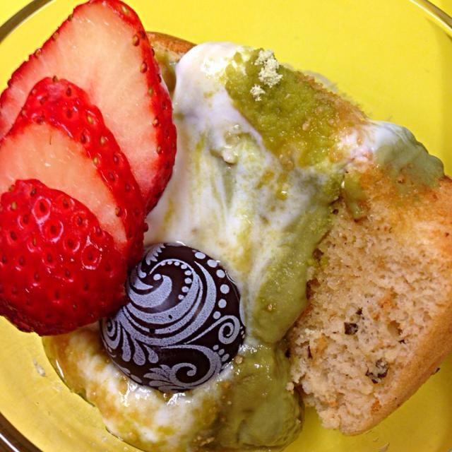 桜葉入り米粉シフォンケーキ、抹茶カスタード、カスピ海ヨーグルト、イチゴ、ビターチョコ、蜂蜜がけ。ふわふわです〜♪(о´А`о)♪ - 14件のもぐもぐ - 桜葉入り米粉シフォンケーキ by okiyo
