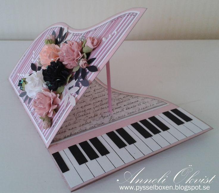 Hej. Pianokortet här var riktigt kul att göra, och enkelt. Jag har använt mig av rosa cardstock och mönstrat papper från bland annat Ma...