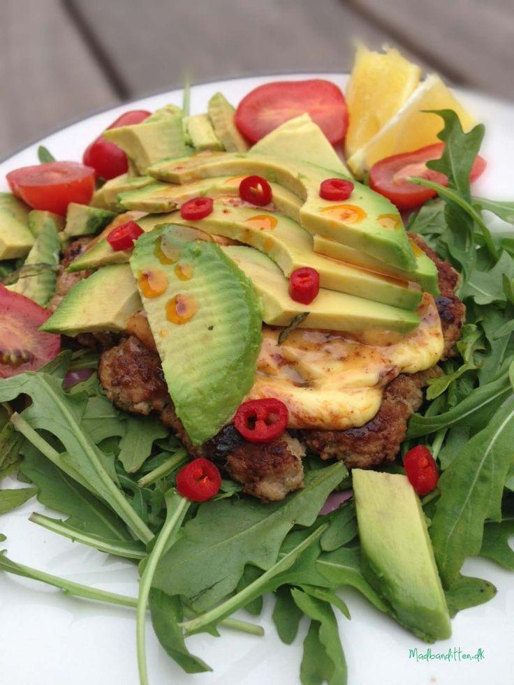 Åben kyllingeburger med chili og avokado