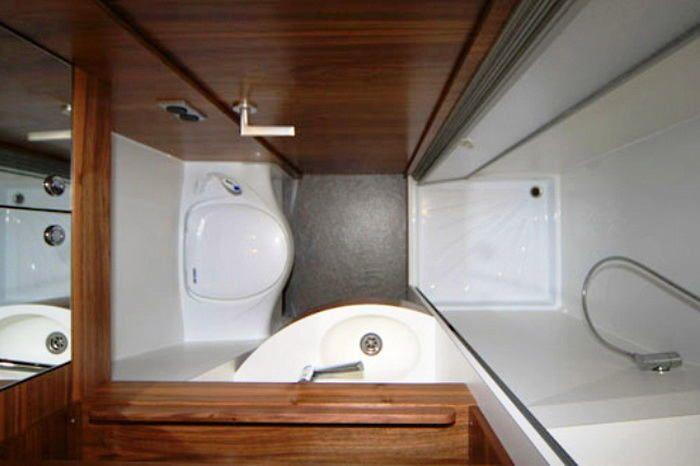 Туалет в цветах: серый, светло-серый, белый, темно-коричневый. Туалет в .