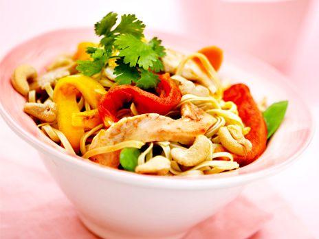 En wok på kycklingfilé, krispiga grönsaker och cashewnötter. Receptet kommer från boken Monica Eisenmans asiatiska nudlar och smårätter.