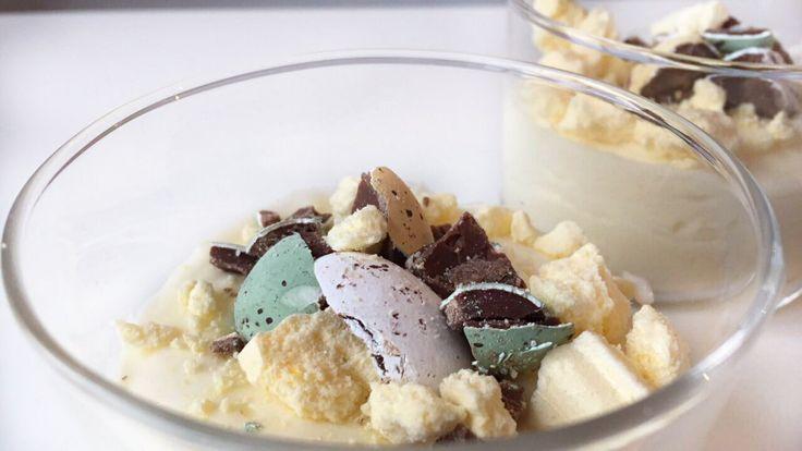 De komende weken delen wij onze paasinspiratie. Vandaag witte chocolade mousse met topping van paaseitjes. Met een paas-twist dus, perfect voor brunch!