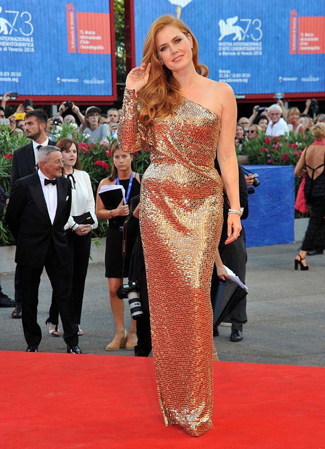 Эми Адамс в Tom Ford на премьере «Под покровом ночи» на Венецианском…