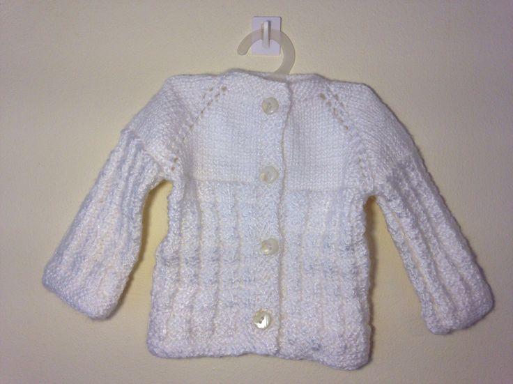 Handmade Baby Sweater White Wool / Chaleco de bebé blanco hipoalergénico de JulyWoolery en Etsy https://www.etsy.com/es/listing/399086179/handmade-baby-sweater-white-wool-chaleco