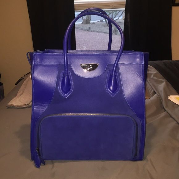 6 Pack Bag Victoria Elite tote 6 pack bag- Victoria Elite Tote. **DOES NOT COME WITH CONTAINERS OR ICE PACKS** --those can be purchased on their website. Bag has only been used a handful or times if that. No stains or marks. Bag sells for $500 on their website. This is a bag / cooler for meal management. Beautiful blue color. Always sold out. 6 pack bags Bags Totes
