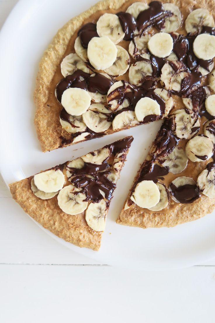 Ontbijt pizza van havermout met pindakaas, banaan en chocolade