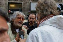 Il leader M5S viene contestato durante la sua visita alle zone alluvionate della città di Genova