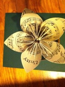 Paper flower.... this site actually has instructions! I've been thru all my previously pinned paper flowers and NO INSTRUCTIONS! ack!: Music Paper, Sheet Music Flowers, Wedding Bouquets, Paper Flowers Sheet Music, Recycled Paper, Flowers Craftystuff, Origami Flowers, Paper Flowers Bouquets, Art Music