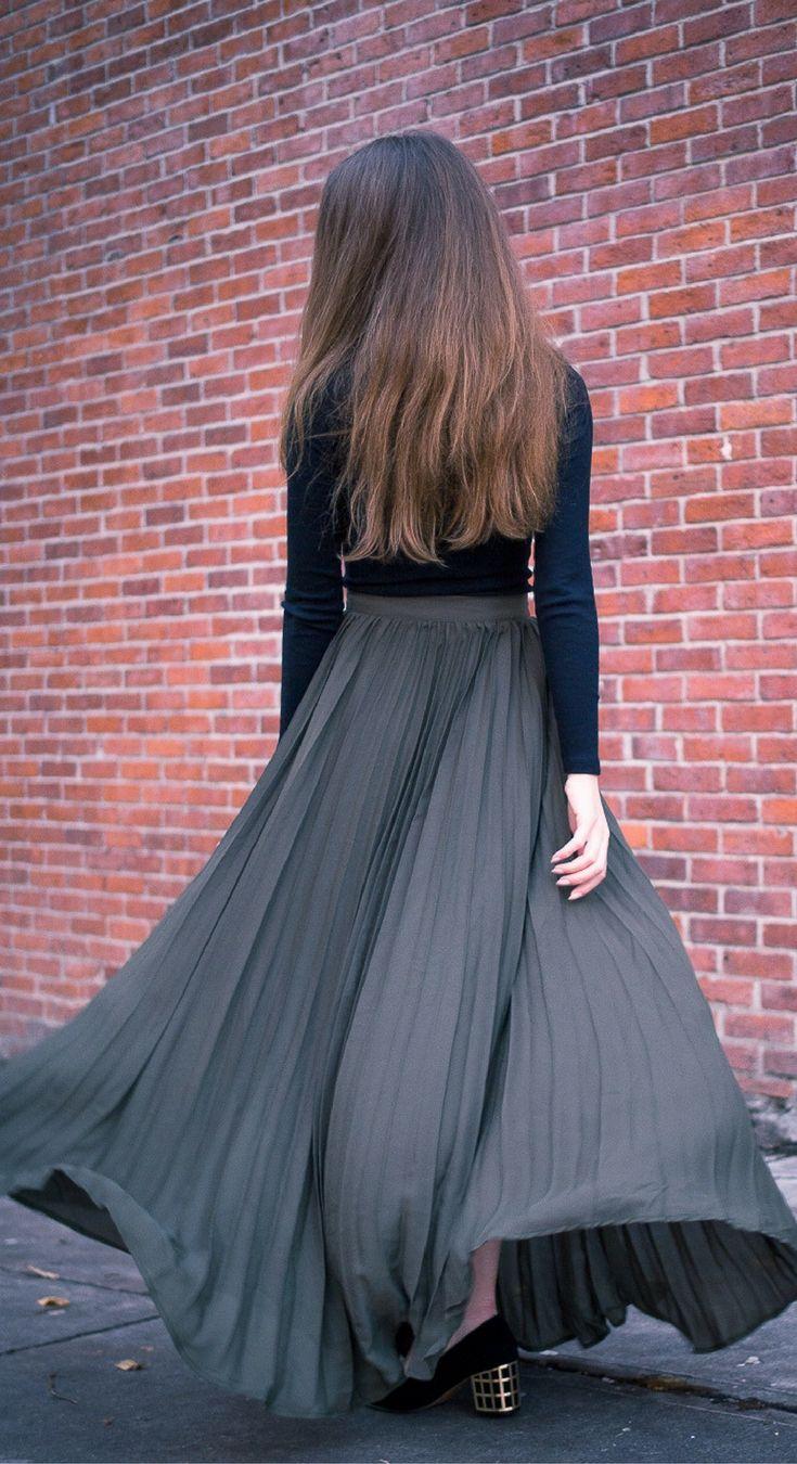 I've Got Sunshine ☀️ | Style and Travel Blogger - Flowy pleated maxi skirt