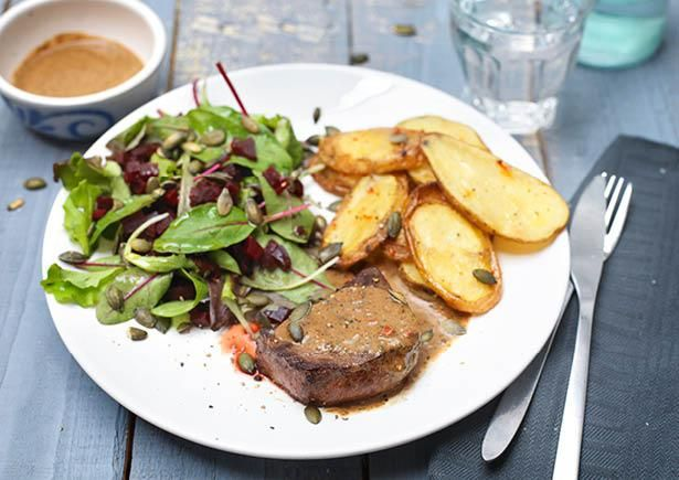 Kogelbiefstuk met aardappelen uit de oven, een salade van rode biet en kruidendressing