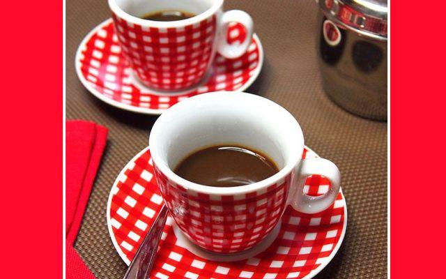 Chicchi di curiosità sul caffè Nessuno può farne a meno: lungo, corto, con o senza zucchero ma rigorosamente ben caldo. Chi solo al mattino e chi dopo i pasti, ognuno di noi lo beve ignorando le piccole curiosità che custodisce e  #caffè #curiosità