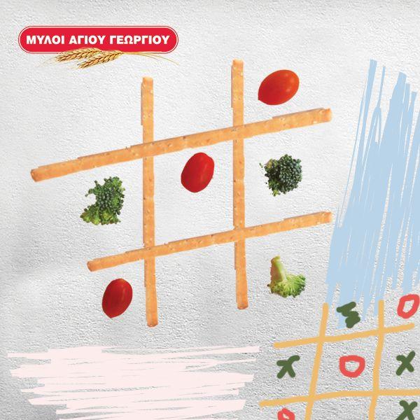 Κάνουμε το υγιεινό σνακ κυριολεκτικά παιχνίδι μετατρέποντας το σε επιτραπέζια τρίλιζα! Με 4 μακρόστενα κριτσίνια σχηματίζουμε τον πίνακα και χρησιμοποιούμε ντοματίνια και κομματάκια μπρόκολο για πούλια (ή όποιο άλλο λαχανικό το ζυμαράκι μας αποφεύγει)! #myloiagiougeorgiou #family #snack #funnytime