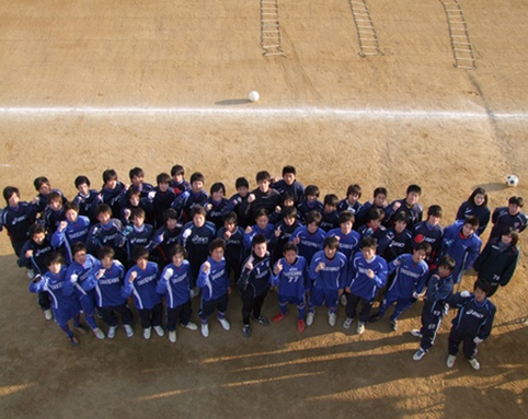 「タキニのボール 」選手権を勝ったばかりで、加地亮、岡崎慎司、金崎夢生など日本代表クラスの選手を何人も生んでいる滝川第二高校サッカー部の練習にライターの竹田氏が参加した。果たして...