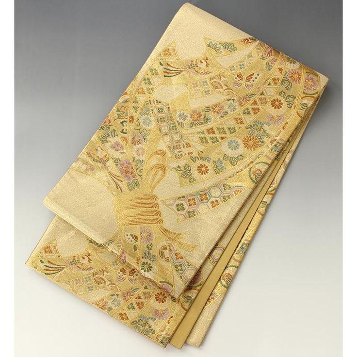 袋帯 金 大きな束ね熨斗【送料無料】 【中古】【仕立て上がりリサイクル帯・リサイクル着物・リサイクルきもの・アンティーク着物・中古着物】やさしい金色地に、はみ出すほどの大きな束ね熨斗です。 中には蝶々や鳳凰、菊の花、花菱文など様々な柄が入っています。  <シチュエーション> フォーマルな装い幅広くお使い頂ける豪華な帯です。 留袖、訪問着、振袖から付下げ、色無地などなど華やかにお召し頂けます。   <風合> 薄手の帯芯入りの柔らかい帯です。  <状態>  少々使用感があります。 て先の方など、着用によるシワのあとがついています。 特に部分的な目につく汚れはありません。 お気軽にご使用いただけると思います。