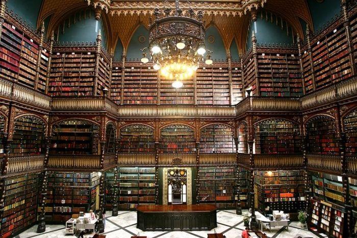 """1837年にポルトガル人によって設立された「王立ポルトガル図書館」。リオデジャネイロにあり、通称""""幻想図書館""""と呼ばれています。"""