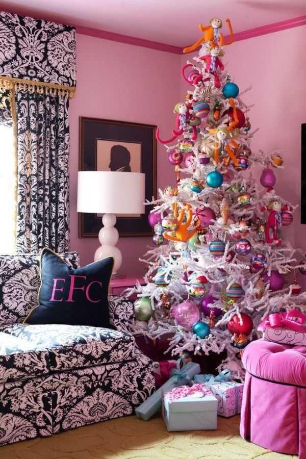 Decorando el árbol de navidad con el estilo y el color del salón !Que buena idea!!