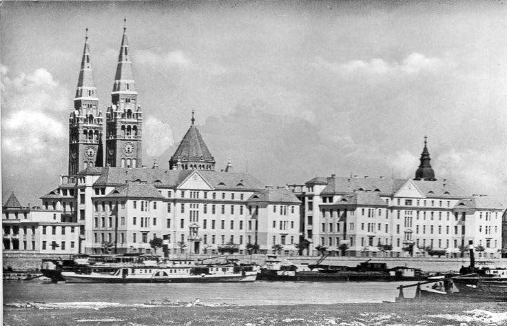 1958... Még egészen kicsik a Korányi fasor fái... Még nincsen óraszerkezet a Dóm tornyaiban... Rengeteg hajó,uszály,bárka a Tiszán... Előtérben a Szent Endre lapátkerekes gőzös... forrás: fb.hu/regi szeged
