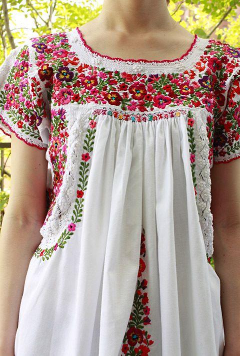 メキシコ刺繍「サンアントニーノ」チュニックブラウスメキシコ、オアハカ州のサン・アントニーノという知る人ぞ知る刺繍村があります。見ていて飽きない細かい刺繍。オアハカに咲く季節の花を思いを込めて刺繍にしま…