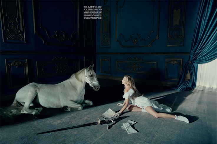 Storytelling. Una musa, due cavalli bianchi e un'atmosfera sospesa tra l'onirico e il desiderio. I capelli hanno onde morbide, naturali