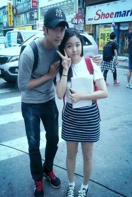 Kyu Jong tomandose una fotito con una fan ^^ [26.05.13]