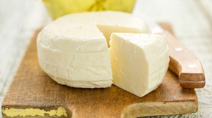 Il formaggio fatto in casa si può realizzare, ma bisogna conoscere bene i vari passaggi e avere dimestichezza, oltre che tempo a disposizione