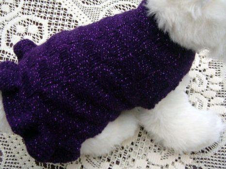 Tejido a mano de perro vestido de color morado con una chispa de fleck pasando, gato, vestido mascota en púrpura, puntada de canasta y un volante para terminar