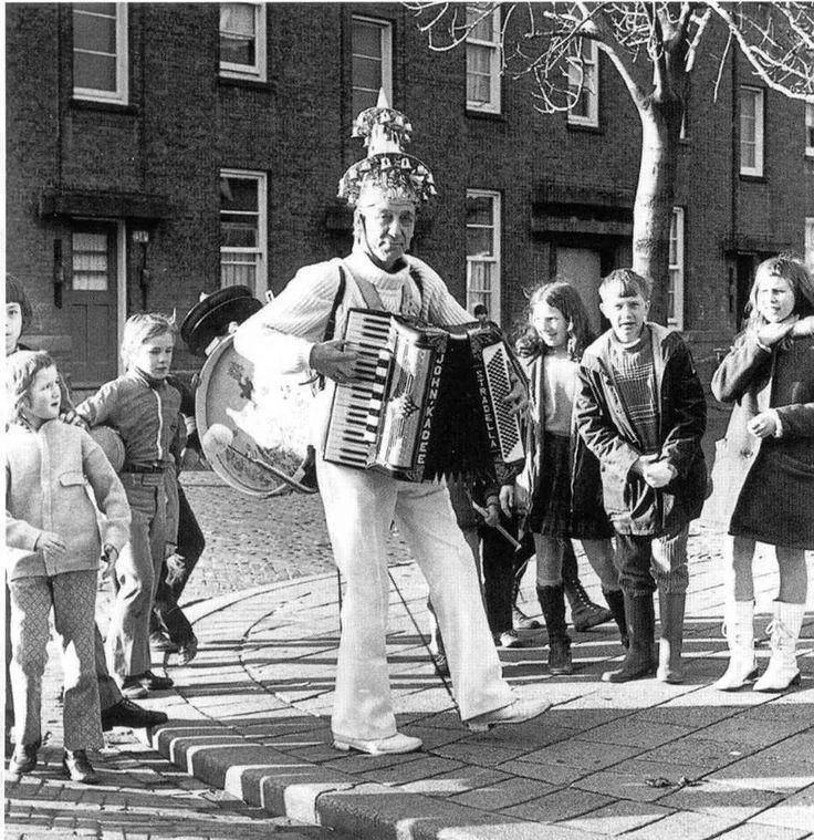 Rotterdam - Straatmuzikant 'Koperen Ko'. .Wim Sonneveld heeft een soort van parodie van deze man gemaakt, met het nummer Nikkele Nelis.