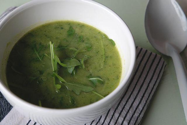 Lekker, makkelijk én gezond, deze broccoli-rucolasoep.