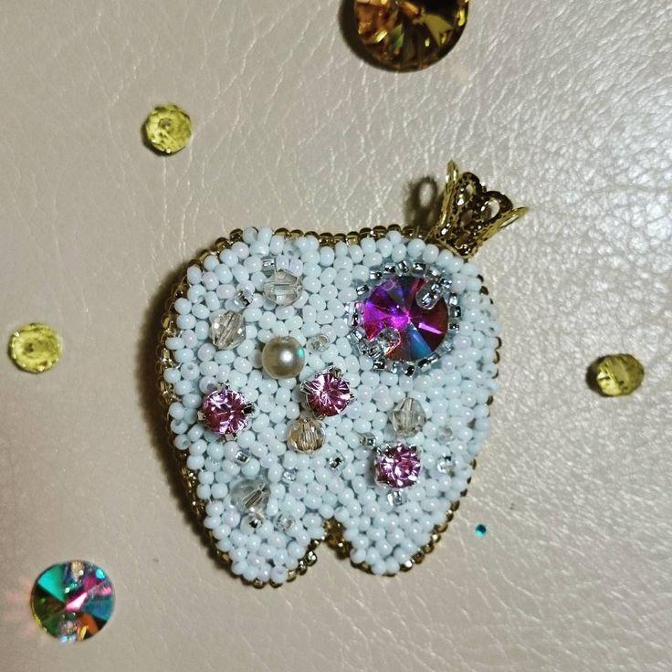 Естьу меня знакомая, которая любит дарить подарки своему стоматологу. Так и появилась эта идея!) пишите если понравилась и хотите её приручить) брошь пока в наличии. #ручная_работа #вышивка #вышивкамоевсе #handmade_ru_jewellery #handmade_tut #hmi_hmi #lavka_craft #lavkacraft #handmade #брошь #подарок #стоматологу #зуб #зубик #принцесса #зубнаяфея #украшение #бисер #вышивкабисером #стразы #ям #Ярмаркамастеров #nefena